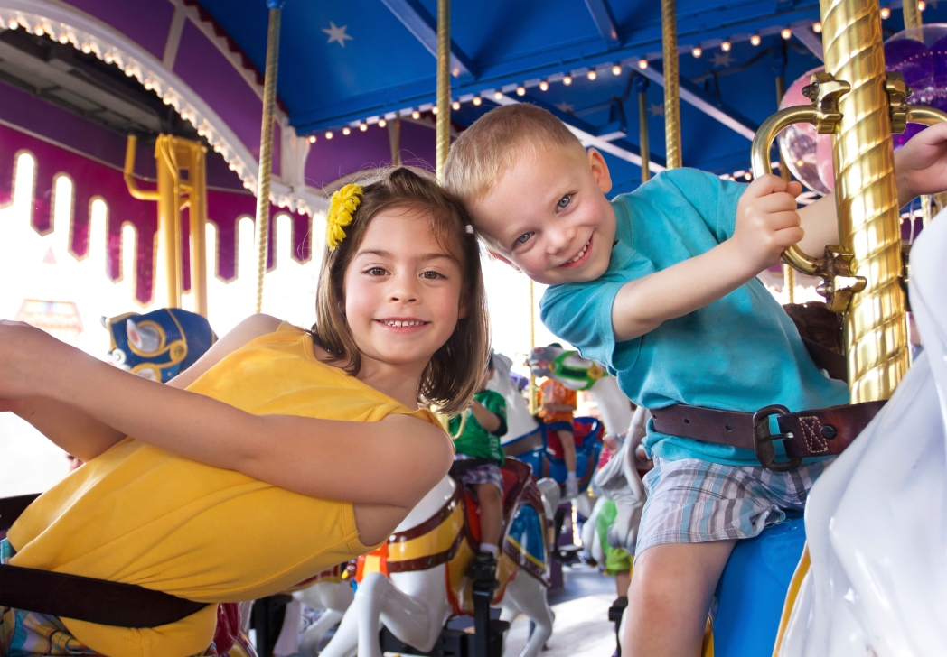 Bambini su una giostra a Disneyland