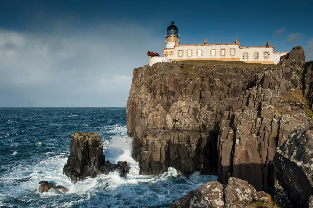Faro de Neist Point en la Isla de Skye en Escocia
