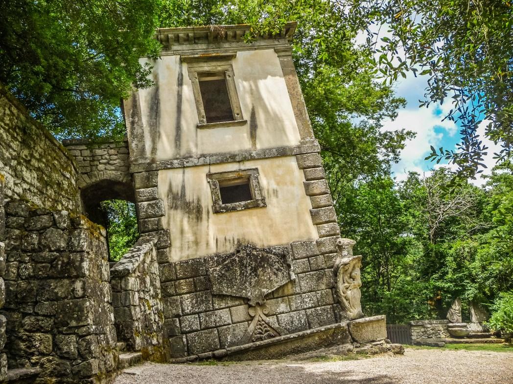 vista della casa pendente del giardino di Bomarzo
