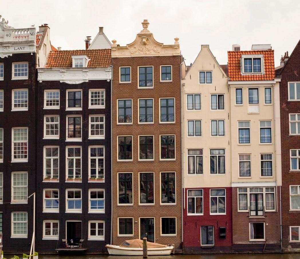 facciate delle case pendenti di Amsterdam