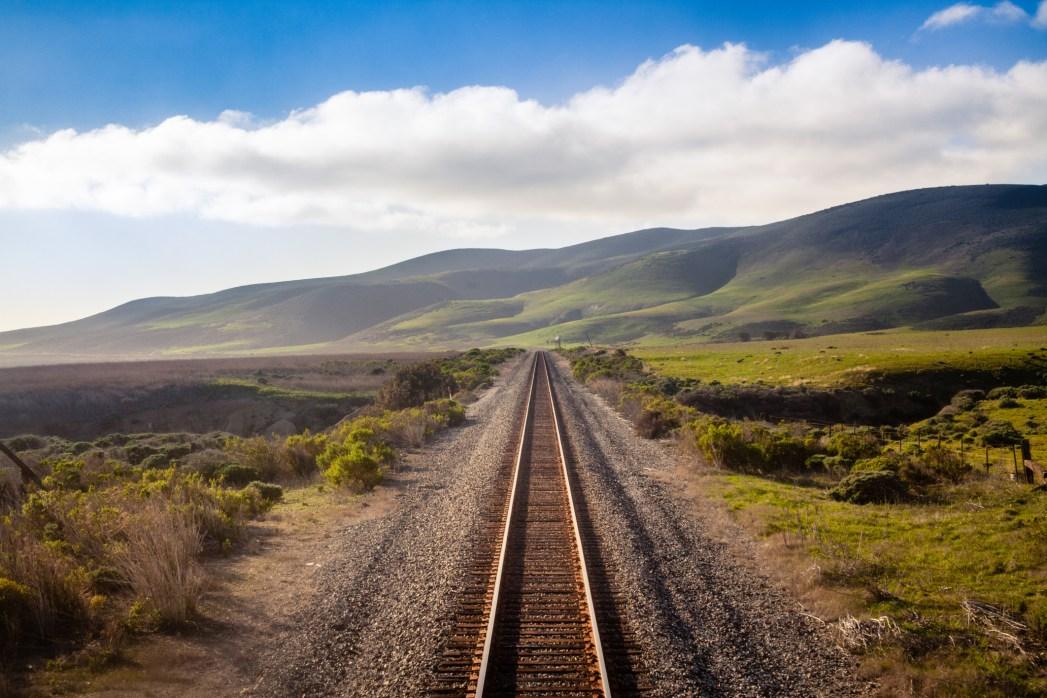 Vista delle rotaie che attraversano la California