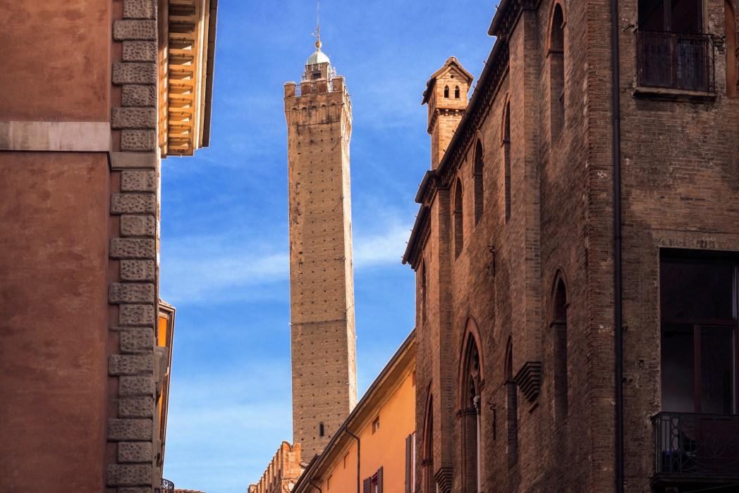 vista della torre degli asinelli a Bologna